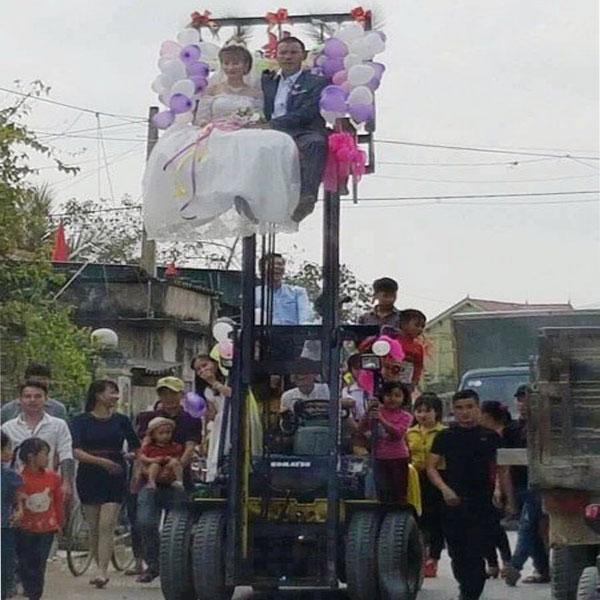 đám cưới rước râu bằng xe nâng